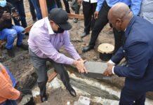 President en vicepresident leggen eerste steen schoolcampus Moengotapu