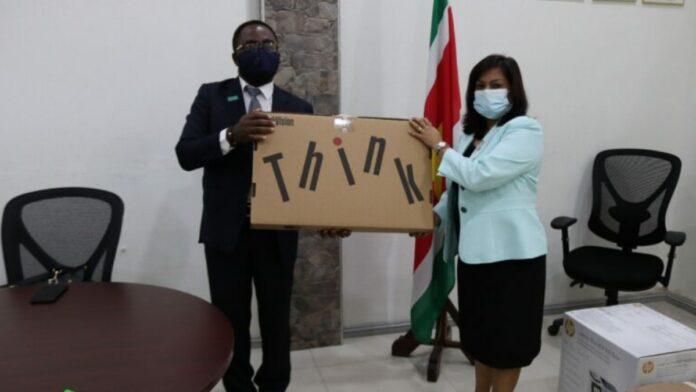 UNICEF overhandigt apparatuur aan minister Kuldipsingh