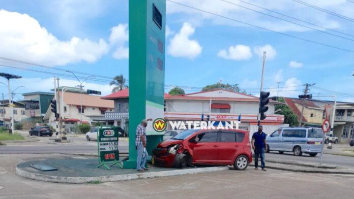 Automobilist knalt tegen lichtbak pompstation na uitwijken