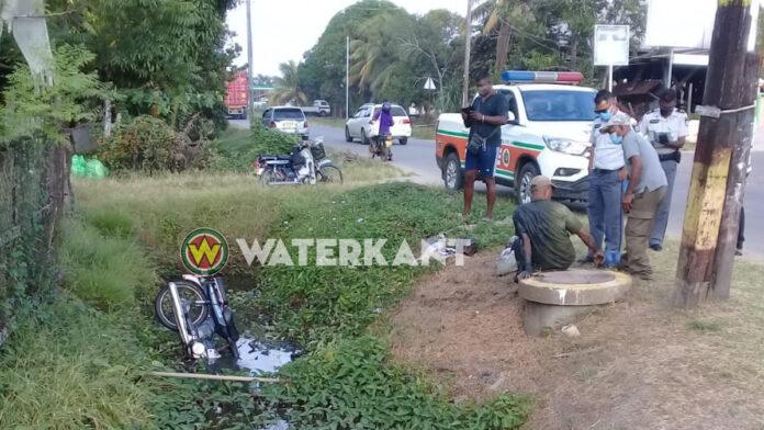 Bromfietser in goot nadat automobilist geen voorrang verleent