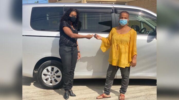 Ilonka Elmont overhandigd busje aan Kennedystichting Suriname