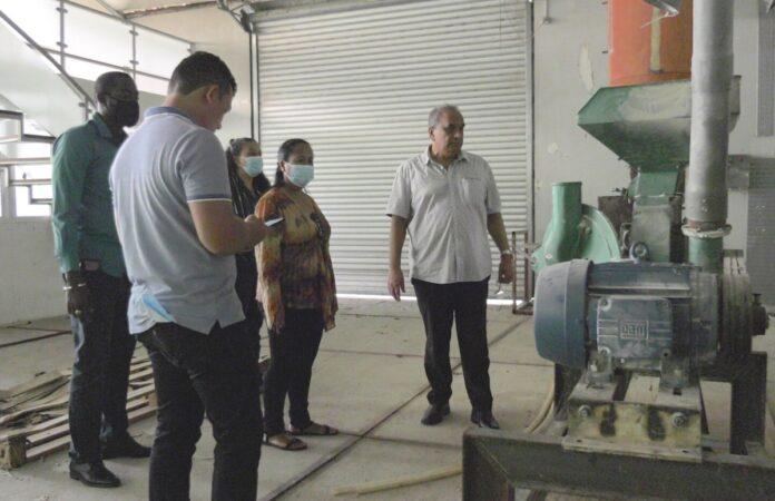 LVV-minister Sewdien schrikt van deplorabele situatie cassavefabriek Para