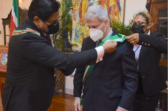 President decoreert scheidend Braziliaanse ambassadeur in Suriname