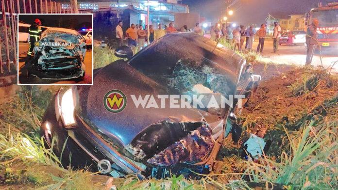 Automobilist bekneld na zware aanrijding tussen dienstvoertuig en personenauto