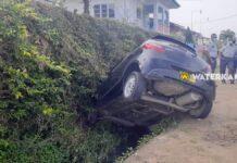 Auto in goot na uitwijken bij inhaalactie