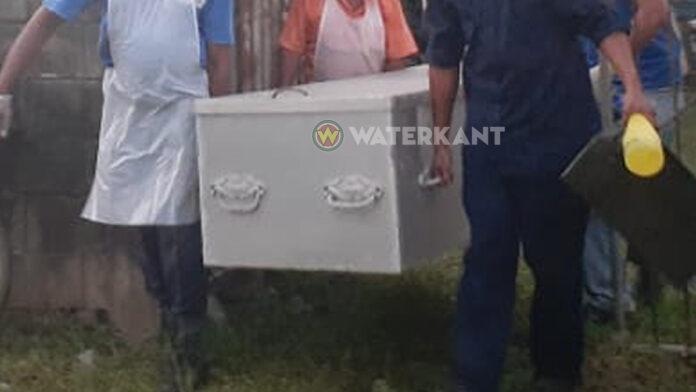Archieffoto: lijk wordt weggedragen in Suriname
