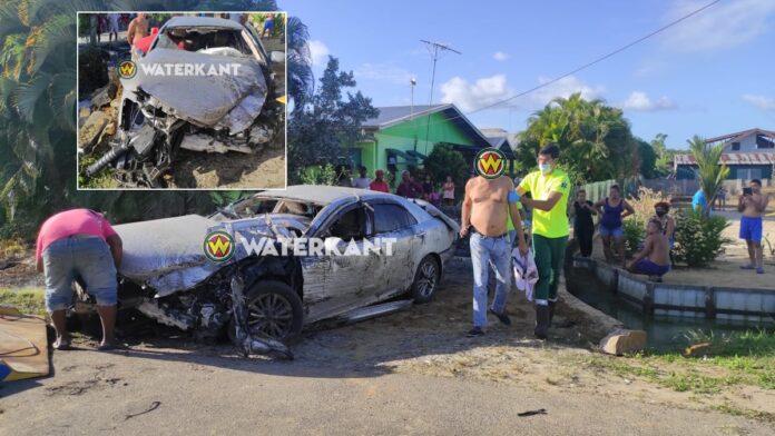 Automobilist verliest controle over het stuur en rijdt auto total loss