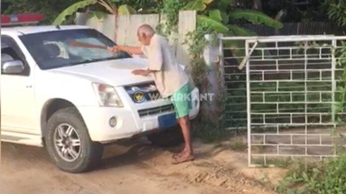 VIDEO: Man hakt met houwer in op voorruit politieauto
