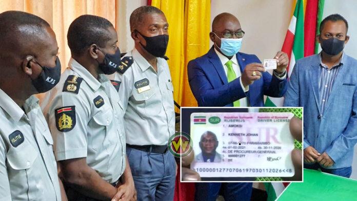 VIDEO: Minister neemt eerste nieuwe biometrische e-rijbewijs in ontvangst