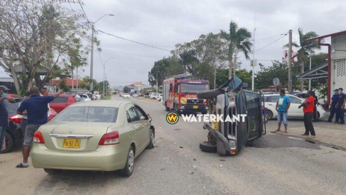 Pick-up op z'n zij na aanrijding, bestuurder meegenomen door politie