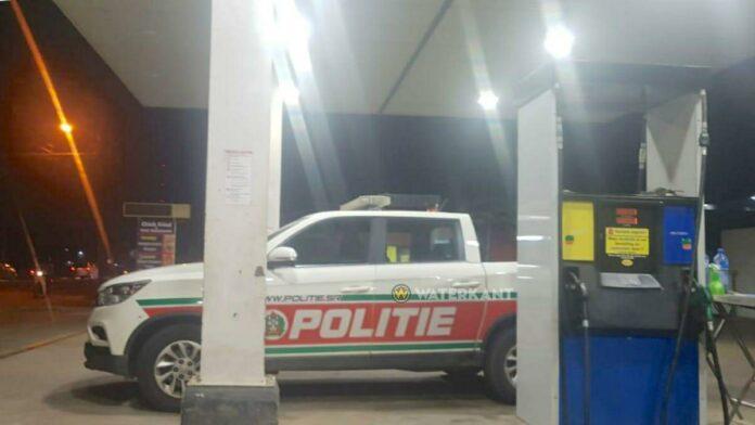 politieauto-aan-het-tanken
