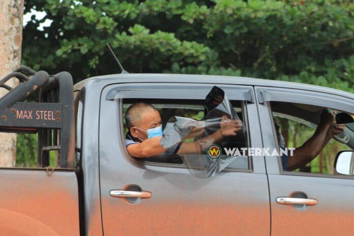 Politie laat autobestuurders tintlaag op voorruit weghalen bij controle