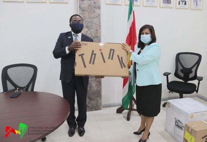 UNICEF overhandigd apparatuur aan minister Kuldipsingh