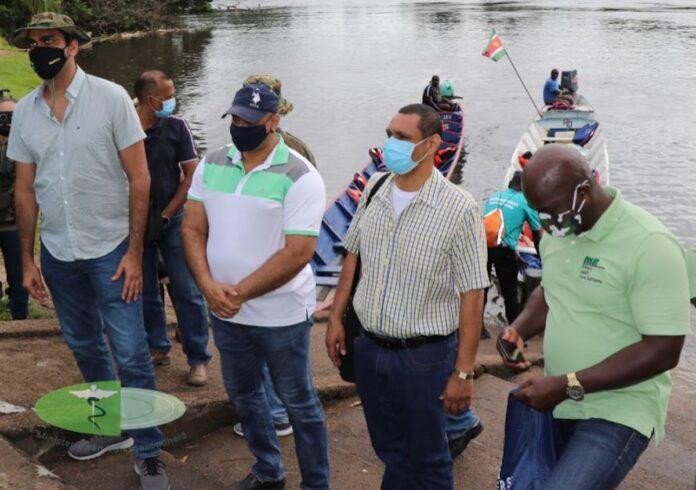 Minister Ramadhin brengt bezoek aan Boven-Suriname