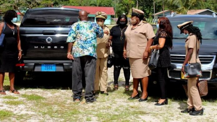 Districtscommissaris Para bezoekt plantages