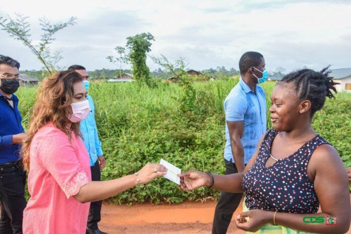 First Lady overhandigt donaties persoonlijk aan bewoners
