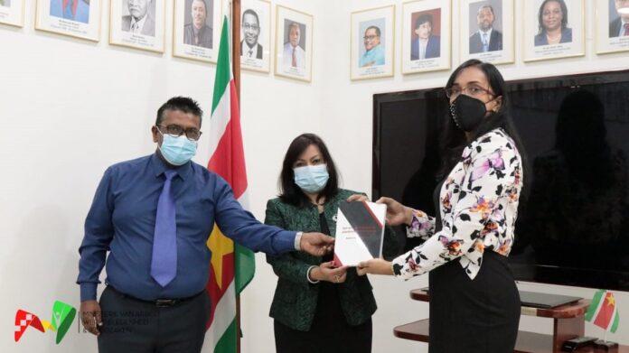 Minister Kuldipsingh neemt boek 'Privacy Arbeidsrelatie' in ontvangst