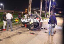 Auto over de kop bij voet Bosje brug; bestuurder gewond