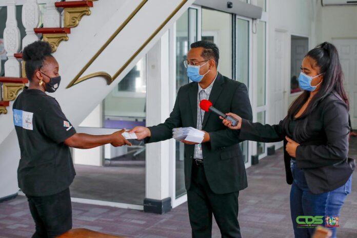 Instituut First Lady Suriname doneert aan behoeftige burgers
