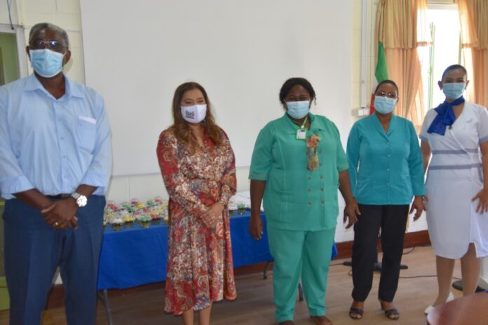 First lady gedenkt zorgverleners ziekenhuizen