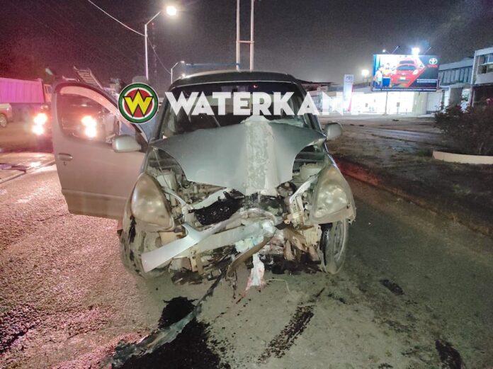 Dronken automobilist knalt tegen stroompaal