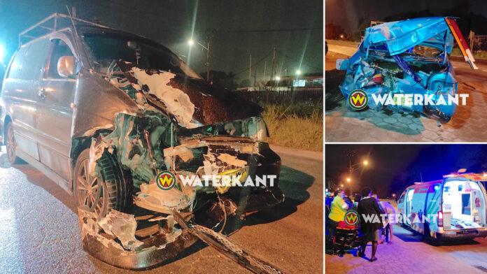 Autobusje knalt achterop personenwagen; 1 gewonde