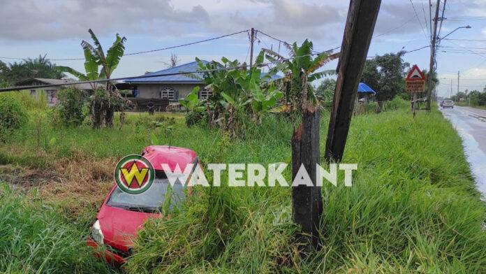 Automobilist wijkt uit voor tegenligger en rijdt stroompaal kapot