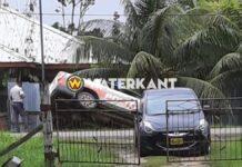 Politieauto belandt deels in goot Bomaweg