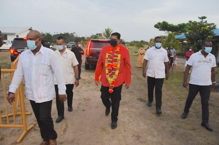President staat stil bij diepere betekenis Holi tijdens Holika verbranding