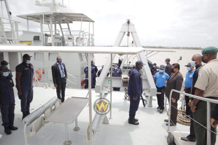 President brengt bezoek aan Kustwacht Suriname