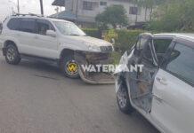 Terreinwagen rijdt achterdeur personenauto kapot