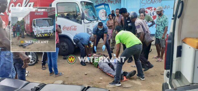Lijnbus wijkt uit voor auto en raakt medewerker bij coca cola truck