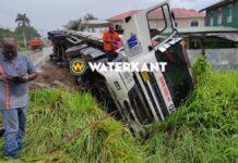 Beladen truck raakt van de weg en eindigt op z'n zij in goot