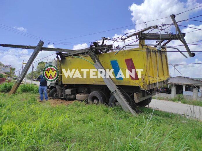 Truck rijdt tegen EBS transformator mast en veroorzaakt ravage