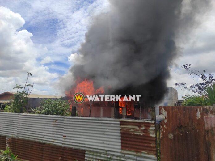 VIDEO: Houten woning verwoest door brand