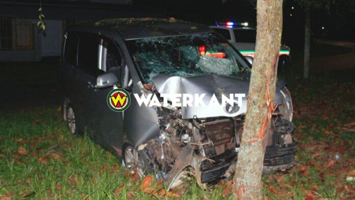 Busje knalt tegen boom in Flora; 3 gewonden