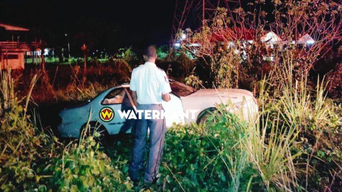 Dronken man en vrouw belanden met auto in bosschage