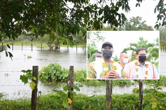 Regeringsdelegatie bezoekt onder water gelopen gebieden ter oriëntatie