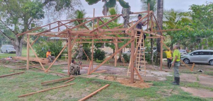 Militairen maken tenten en schoolborden voor leerlingen afgebrande school