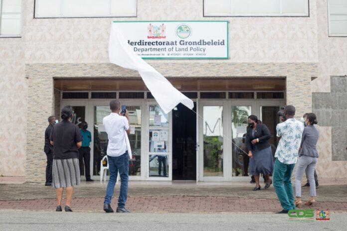 Ministerie Grondbeleid en Bosbeheer onthult naambord en logo