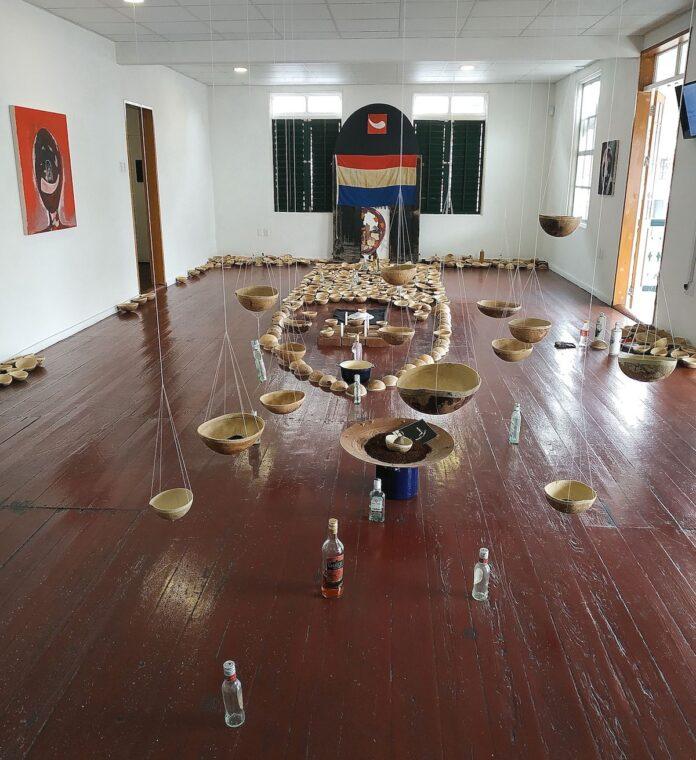 Kurt Nahar eert slachtoffers slavernijgeschiedenis met installatie The Nene Rituals