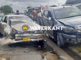 Automobilist verleent geen voorrang: twee gewonden en flinke schade