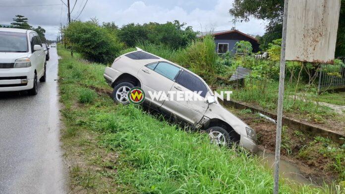 Auto in goot na inhaalactie bestuurder pick-up