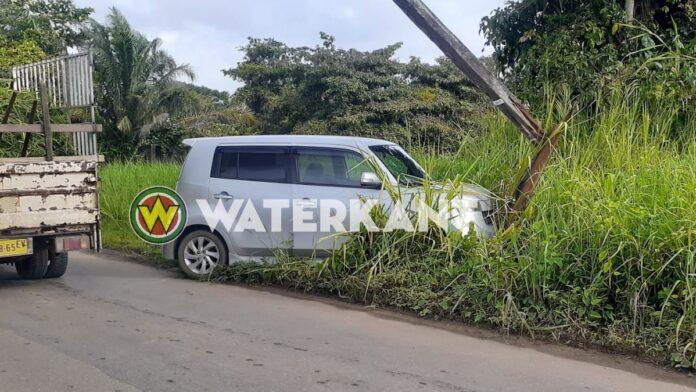 Vrouw wijkt uit en rijdt EBS stroompaal kapot