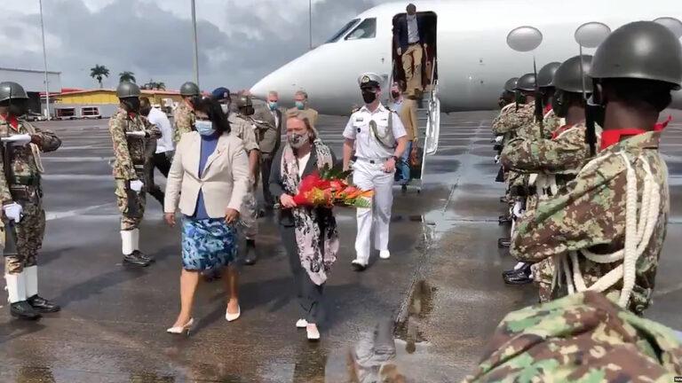 VIDEO: Nederlandse defensieminister aangekomen in Suriname
