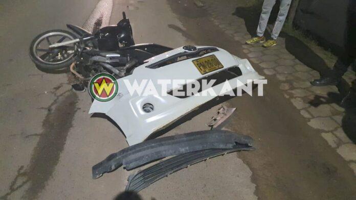 Vluchtende automobilist rijdt bromfietser aan en verliest bumper