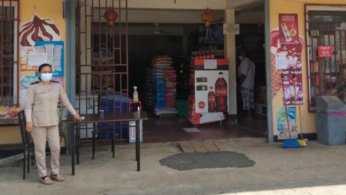 Medewerkers bestuursdienst controleren winkels en klanten Saramacca