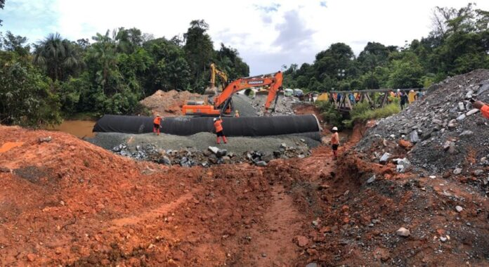 Weggespoelde bypass aan de Tutaya-2brug te Brownsweg hersteld