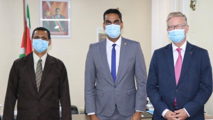 Nederlandse ambassadeur in Suriname bezoekt minister Volksgezondheid