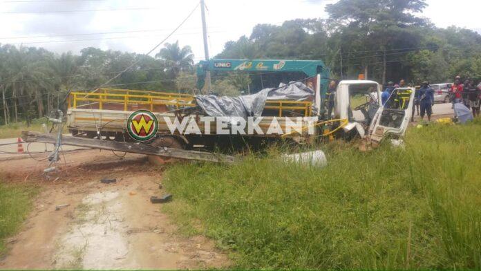 Chauffeur beknelt nadat truck elektriciteitsmast Afobakaweg ramt